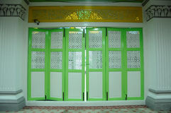 Traditionell hopfällbar dörr på Abidin Mosque i Kuala Terengganu, Malaysia Arkivbild