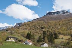 Traditionell hus- och bergsikt från kryssning Royaltyfria Bilder