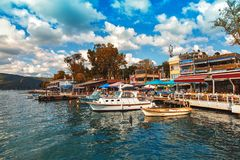 Traditionell hus och fiskrestaurang på Anadolu Kavagi längs Bosphorus royaltyfri fotografi