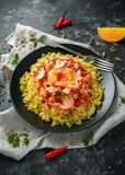 Traditionell Indier-engelsk kedgereefrukost: basmati ris med ägget benedict och den varma rökte söta chililaxen arkivfoton