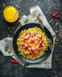 Traditionell Indier-engelsk kedgereefrukost: basmati ris med ägget benedict och den varma rökte söta chililaxen arkivfoto