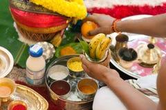 Traditionell indisk hinduisk klosterbroder som ber ceremoni Royaltyfri Foto
