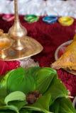 Traditionell indisk hinduisk klosterbroder som ber objekt Royaltyfri Fotografi