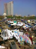 Traditionell indisk tvätteri i Mumbai slumkvarteret Royaltyfri Bild