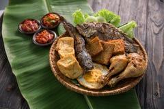 Traditionell indonesisk mat med sambal Arkivfoton