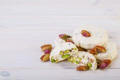 Traditionell iranier och persiska stycken av söta godisar Gaz för vit nougatefterrätt med pistaschen Arkivbilder