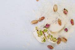 Traditionell iranier och persiska stycken av söta godisar Gaz för vit nougatefterrätt med pistaschen Arkivbild