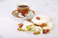 Traditionell iranier och persiska stycken av söta godisar Gaz för vit nougatefterrätt med pistaschmuttrar Royaltyfria Bilder