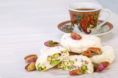 Traditionell iranier och persiska stycken av söta godisar Gaz för vit nougatefterrätt med pistaschmuttrar Arkivbilder