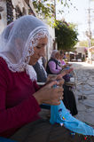 Traditionell islamisk kvinna som fungerar på en Ruche Royaltyfri Fotografi