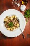 Traditionell italienaredisk - gnocchi med anden royaltyfri foto