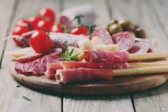 Traditionell italiensk antipasto med prosciuttoen Arkivfoto