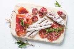 Traditionell italiensk antipasto på vit Royaltyfri Bild
