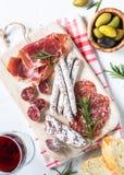 Traditionell italiensk antipasto på vit Arkivfoto