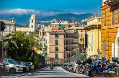 Traditionell italiensk arkitektur i Genova Italien royaltyfri bild