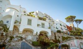 Traditionell italiensk arkitektur på den Capri ön i Italien Arkivfoton