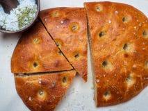 Traditionell italiensk focaccia av skivor för hemlagat bröd på en linneservett arkivbild