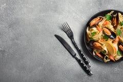 Traditionell italiensk havs- pasta med musslaspagettialle Vongole på stenbakgrund arkivbilder