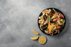 Traditionell italiensk havs- pasta med musslaspagettialle Vongole på stenbakgrund royaltyfri fotografi