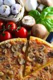 traditionell italiensk pizza Fotografering för Bildbyråer