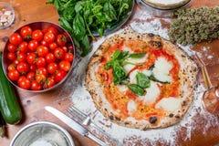 Traditionell italiensk pizza med mozzarellaen, tomaten och basilika, på Arkivbilder