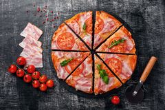 Traditionell italiensk pizza med mozzarellaost, skinka, tomater arkivbilder