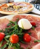 Traditionell italiensk pizza runt om lunchtid i Rome, Italien royaltyfria bilder
