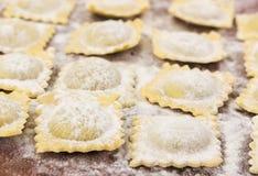 Traditionell italiensk ravioli på skärbräda royaltyfria foton