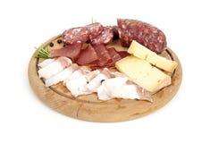 Traditionell italiensk salami- och ostantipasto Royaltyfri Bild