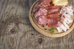 Traditionell italiensk salami- och ostmaträtt Royaltyfria Foton