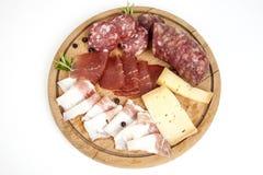 Traditionell italiensk salami- och ostmaträtt Arkivbild