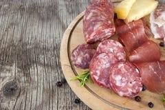 Traditionell italiensk salami- och ostmaträtt Royaltyfria Bilder
