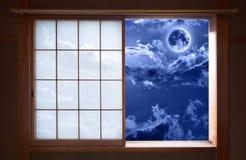 Traditionell japansk glidningsfönster och romantikernatthimmel royaltyfri foto