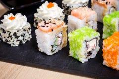 Traditionell japansk mat, blandningsushiuppsättning på träbräde Royaltyfri Fotografi