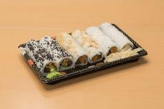 Traditionell japansk mat - del av flera sorter av sushi på ett magasin med wasabi och den inlagda ingefäran Royaltyfri Fotografi