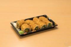 Traditionell japansk mat - del av flera sorter av sushi på ett magasin med wasabi och den inlagda ingefäran Arkivbild