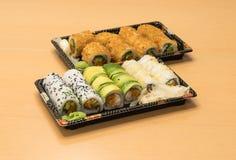 Traditionell japansk mat - del av flera sorter av sushi på magasin med wasabi och den inlagda ingefäran Royaltyfria Foton