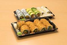 Traditionell japansk mat - del av flera sorter av sushi på magasin med wasabi och den inlagda ingefäran Arkivfoto