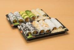 Traditionell japansk mat - del av flera sorter av sushi på magasin med wasabi och den inlagda ingefäran Arkivbilder