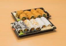 Traditionell japansk mat - del av flera sorter av sushi på magasin med wasabi och den inlagda ingefäran Royaltyfri Foto