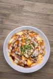Traditionell japansk mat, Oyakodon och ris i en bunke (Höna Arkivfoto