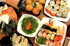 Traditionell japansk mat på tabellen, sushi arkivbilder