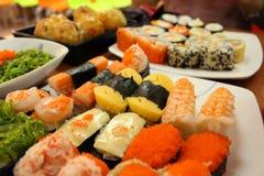 Traditionell japansk mat på tabellen, sushi fotografering för bildbyråer