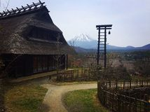 Traditionell japansk by med mt fuji Royaltyfri Bild