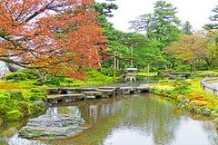 Traditionell japanträdgård Kenrokuen i Kanazawa, Japan royaltyfri fotografi