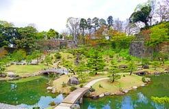 Traditionell japanträdgård på den Kanazawa slotten i Kanazawa, Japan royaltyfri fotografi