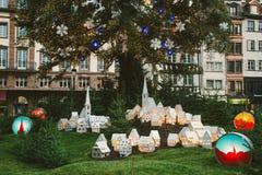 Traditionell jul marknadsför atmosfär- och leksakgarneringar i Frankrike med turister som har gyckel royaltyfri fotografi