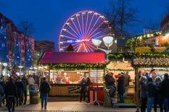Traditionell jul marknadsför med upplysta ferris rullar in th Royaltyfri Foto
