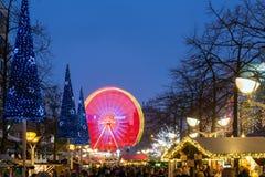 Traditionell jul marknadsför med upplysta ferris rullar in th Arkivfoto