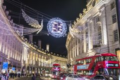 Traditionell julgarnering, Regent Street i centrala London, England, UK royaltyfri fotografi